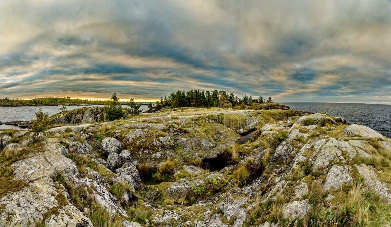 Niebieskie niebo i wodna powierzchnia jezioro Granitowi g?azy, mech Surowa natura Rosyjska p??noc ladoga jeziora zdjęcia royalty free