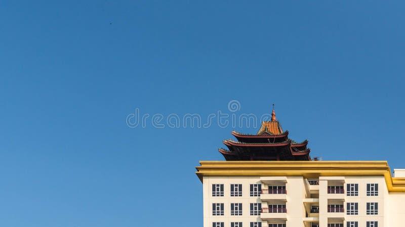 Niebieskie niebo i wysoki budynek zdjęcia royalty free
