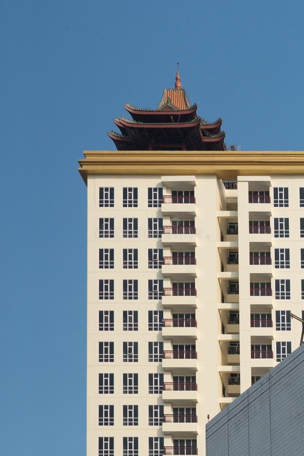 Niebieskie niebo i wysoki budynek zdjęcia stock