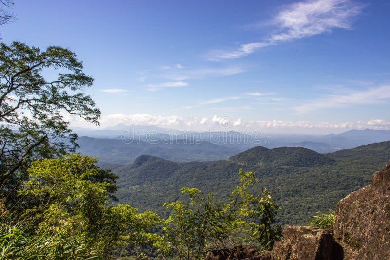 Niebieskie niebo i zieleni gór krajobraz zdjęcie stock