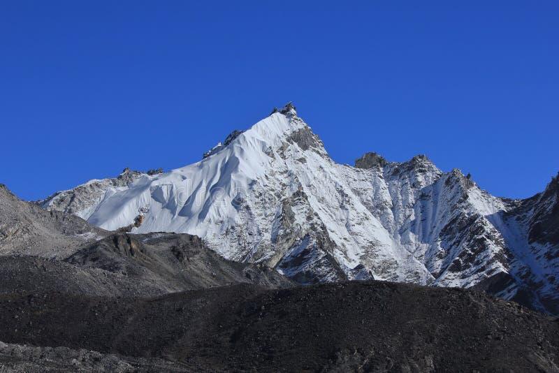 Niebieskie niebo nad śnieg nakrywającym góry Kongma Tse obraz royalty free