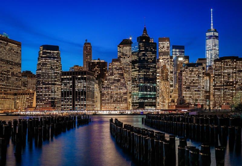 Niebieskie niebo nad magicznym Manhattan obraz stock