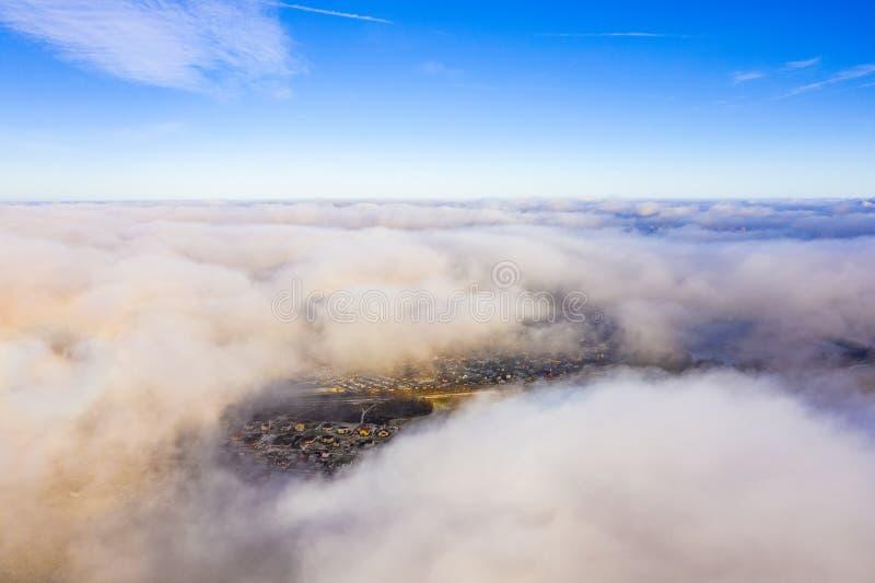 Niebieskie niebo nad miasto na słonecznym dniu piękna cloudscape fotografia stock