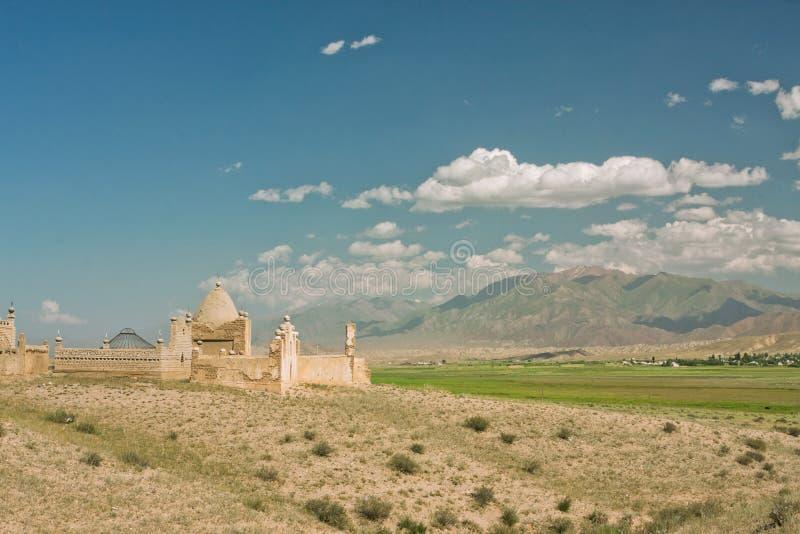 Niebieskie niebo nad starym Muzułmańskim cmentarzem w górskiej wiosce zdjęcia stock