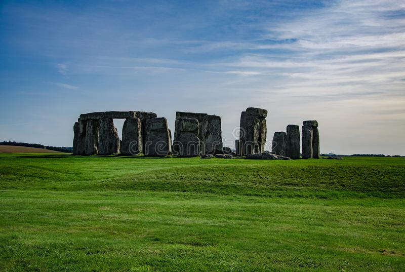 Niebieskie niebo nad StonehengeHistorical pomnikowy Anglia, UK zdjęcia royalty free
