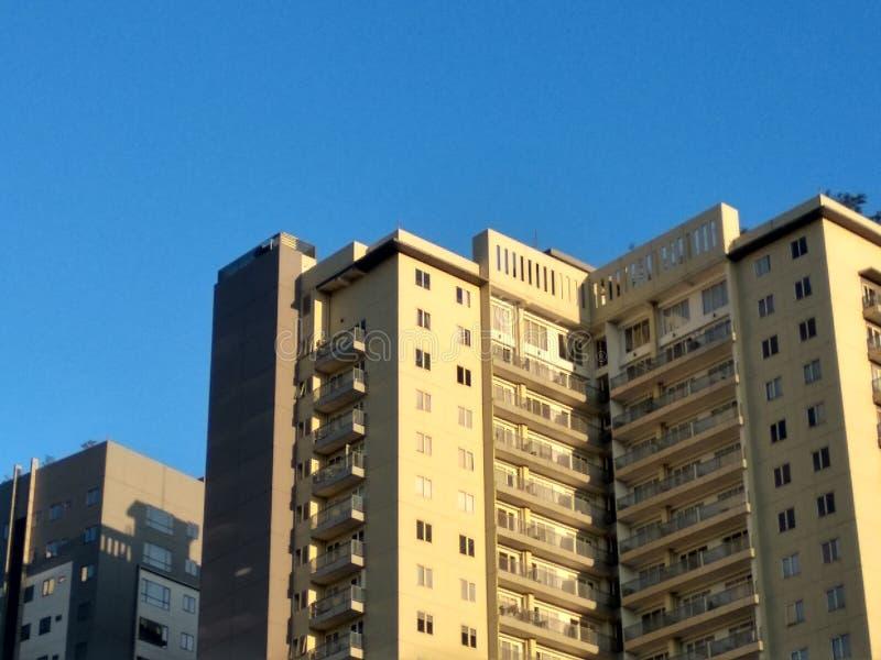 Niebieskie niebo nad Wysokimi budynkami obrazy stock