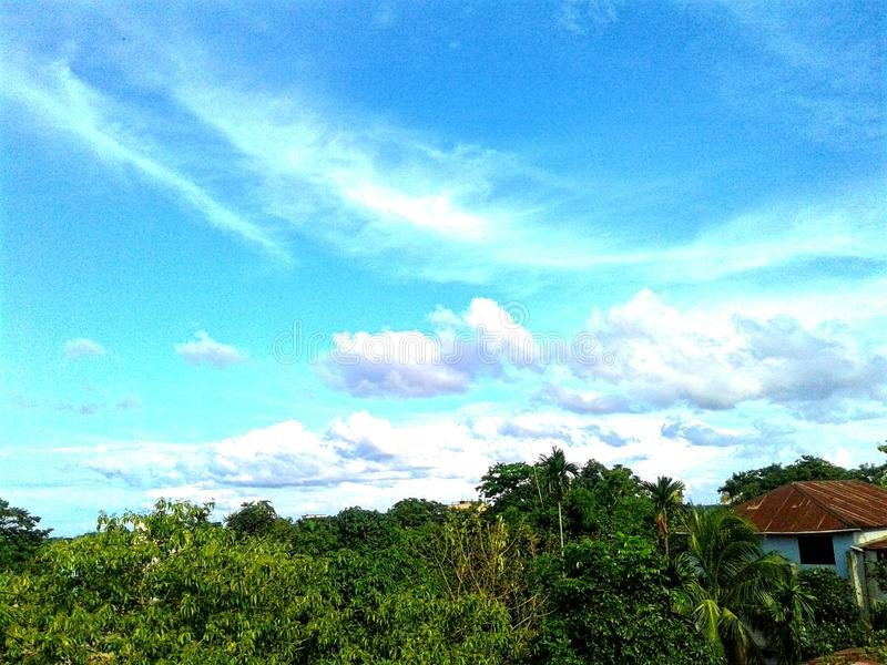 Niebieskie niebo przy południem obrazy royalty free