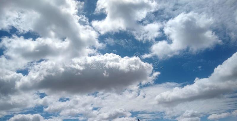 Niebieskie niebo robi uśmiechowi z białymi zębami obrazy royalty free