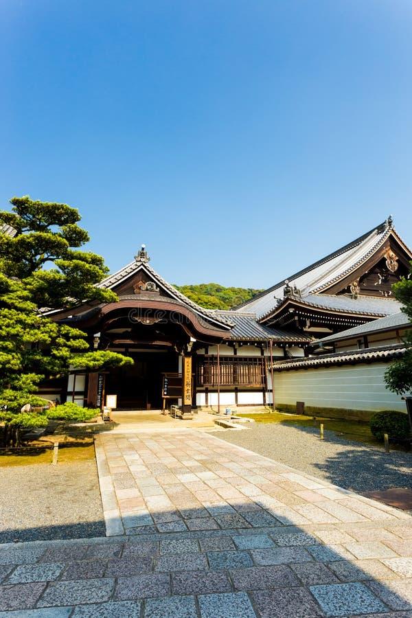 Niebieskie Niebo w Świątynnym Bocznym wejściu Kyoto V zdjęcia stock