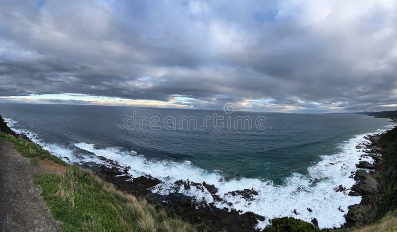 Niebieskie niebo w odleg?o?ci szeroki morze bia?a ki?? w pobli?u, zdjęcie royalty free