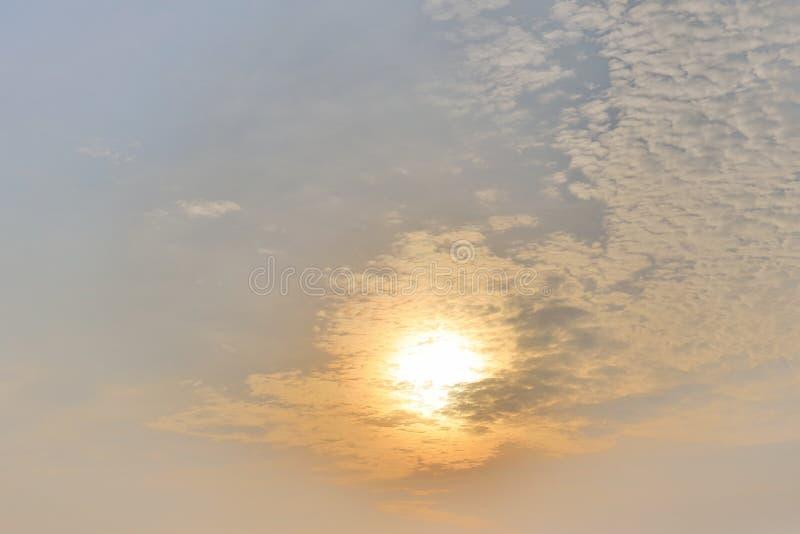niebieskie niebo w słońcu ustawiającym przy zimą zdjęcia royalty free