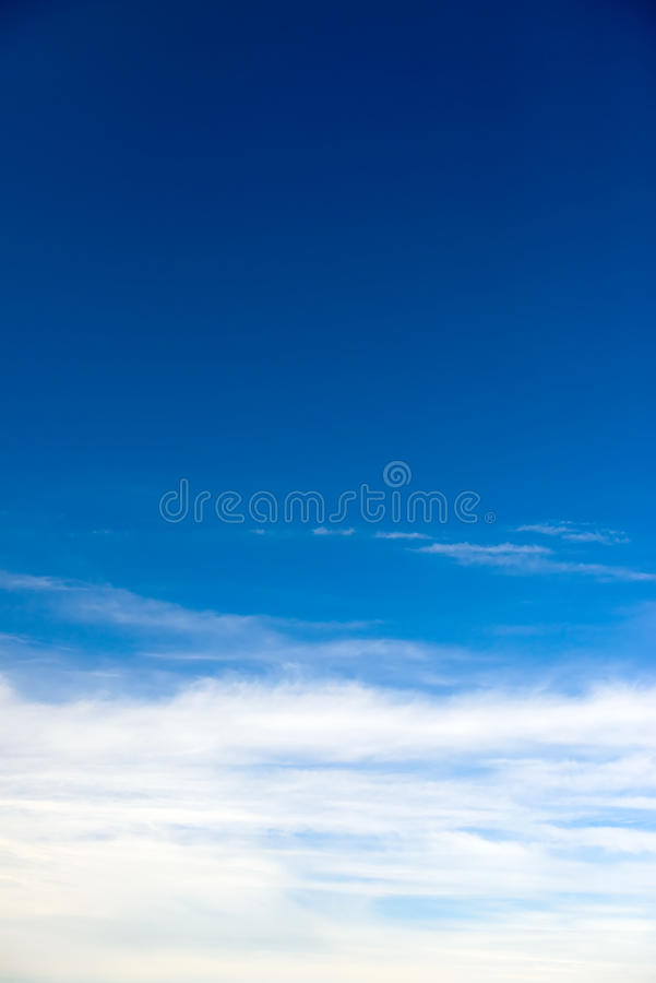 Niebieskie niebo z ładnym cloudscape zdjęcia royalty free