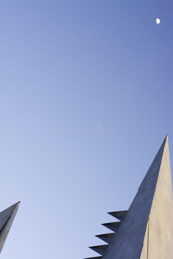 Niebieskie niebo z architektonicznymi elementami zdjęcie royalty free