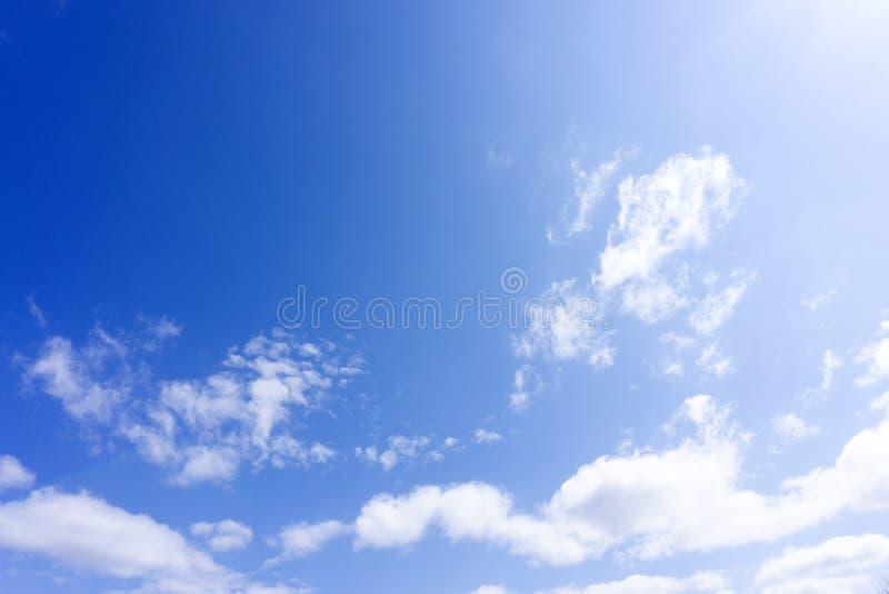 Niebieskie niebo z białą miękką częścią chmurnieje świeżego obraz stock