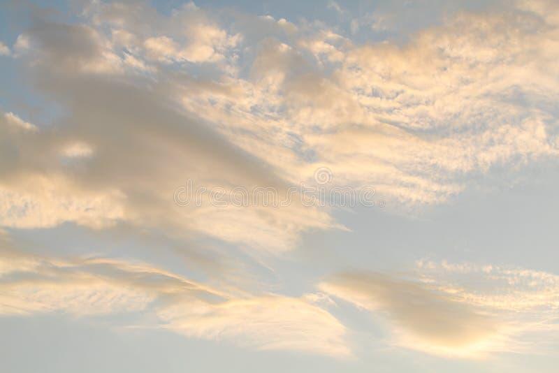 Niebieskie niebo z białe chmury obrazy royalty free