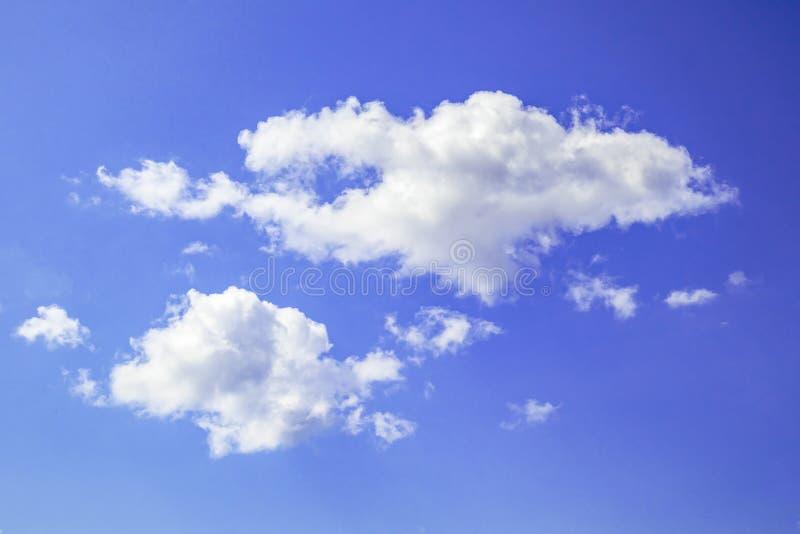Niebieskie niebo z białymi cumulus chmurami na letnim dniu zdjęcia stock