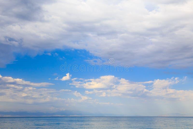 Niebieskie niebo z białymi cumulus chmurami naturalne abstrakcyjne tło  fotografia stock