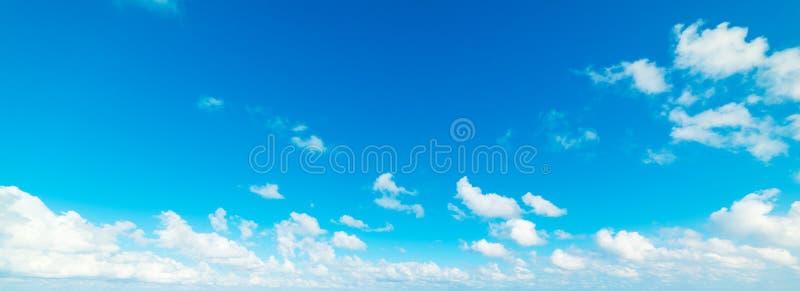 Niebieskie niebo z bia?ym, mi?kkich cz??ci chmury zdjęcie royalty free