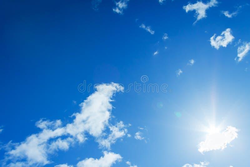 Niebieskie niebo z biel chmurami i słońcem obrazy stock
