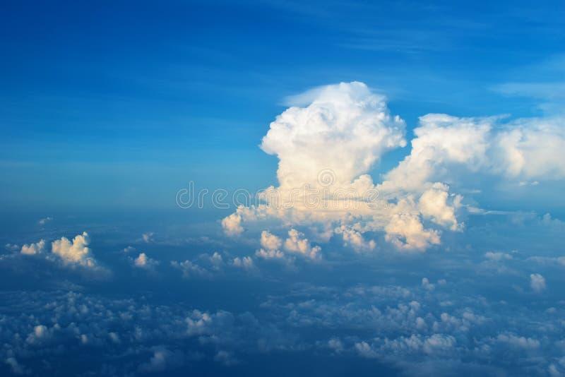 Niebieskie niebo z chmurą widzieć na samolocie zdjęcie royalty free