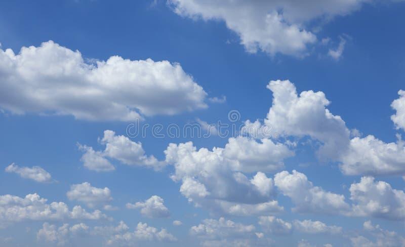 Niebieskie niebo z chmurami zdjęcia stock