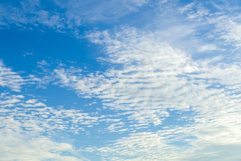 Niebieskie niebo z chmurami obraz stock