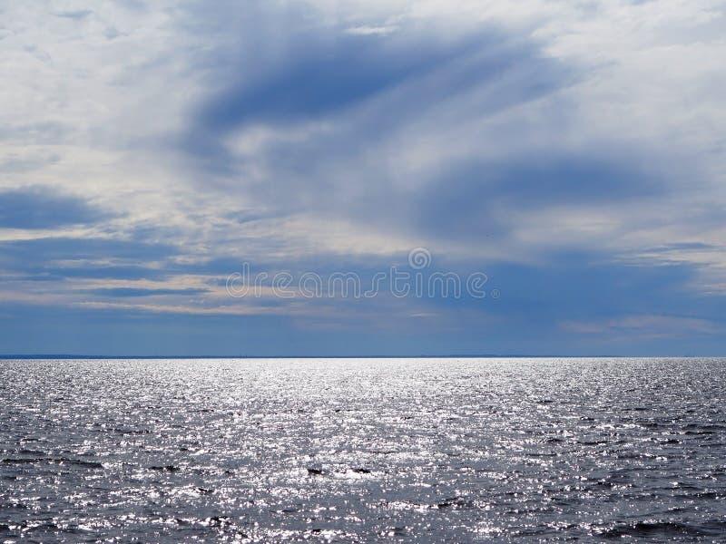 Niebieskie niebo z chmurami i wodą morze fotografia royalty free