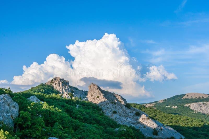 Niebieskie niebo z chmurami Nad Krymskimi górami świątynia The Sun Crimea zdjęcie stock