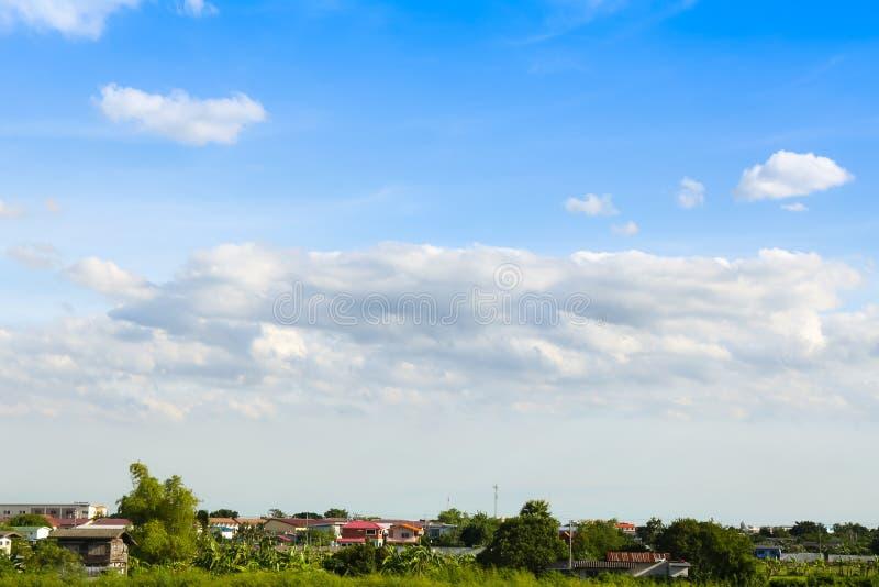 Niebieskie niebo z chmurami nad polem obrazy stock