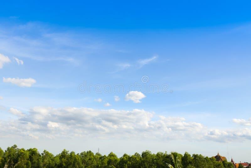 Niebieskie niebo z chmurami nad polem zdjęcie royalty free