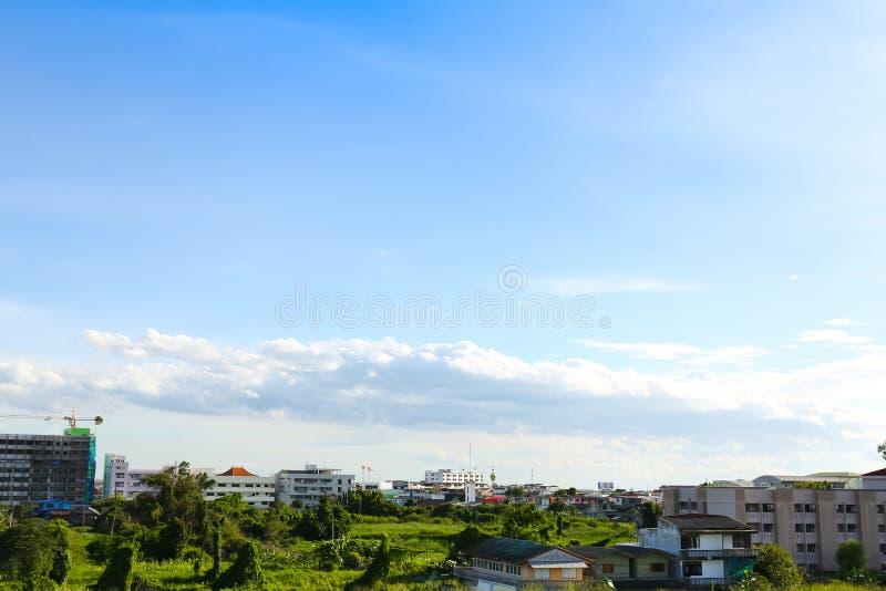 Niebieskie niebo z chmurami nad polem fotografia stock