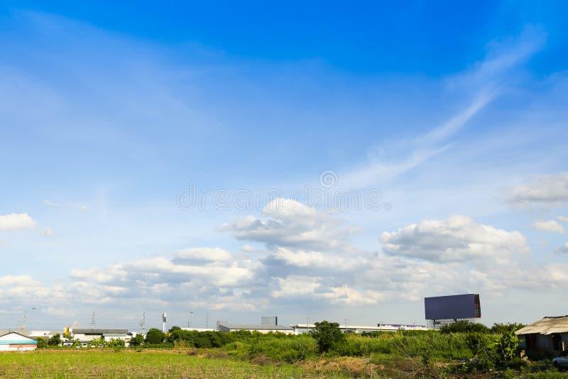 Niebieskie niebo z chmurami nad polem zdjęcia royalty free