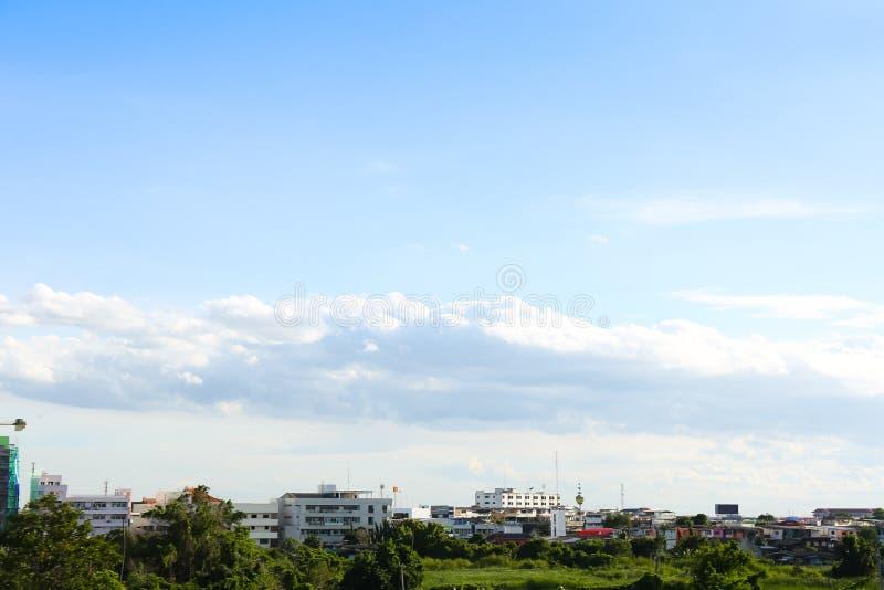 Niebieskie niebo z chmurami nad polem ilustracja wektor