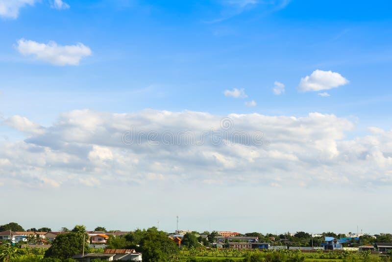 Niebieskie niebo z chmurami nad polem ilustracji