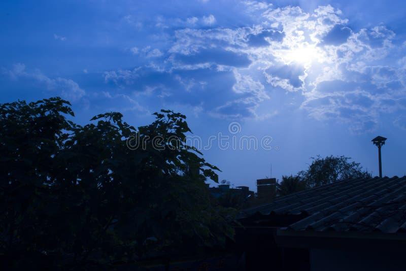 Niebieskie niebo z chmurami, puszysta biel chmura na powietrze jasnego niebieskiego nieba pogody tła teksturze obrazy royalty free