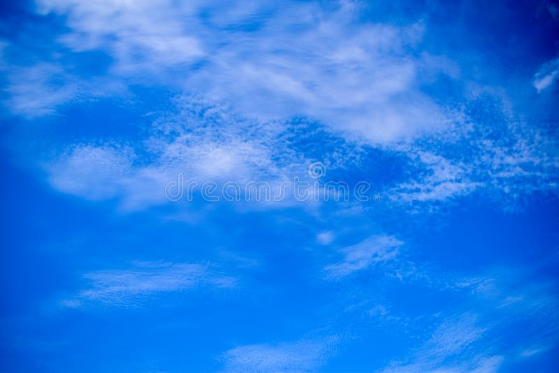 Niebieskie niebo z chmurami w Bauru, Brazylia fotografia stock