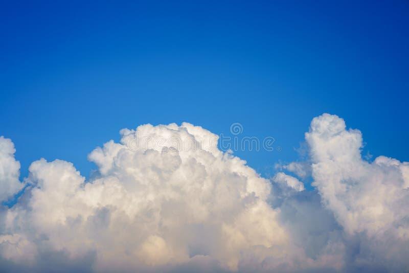 Niebieskie niebo z chmury zbliżeniem fotografia royalty free