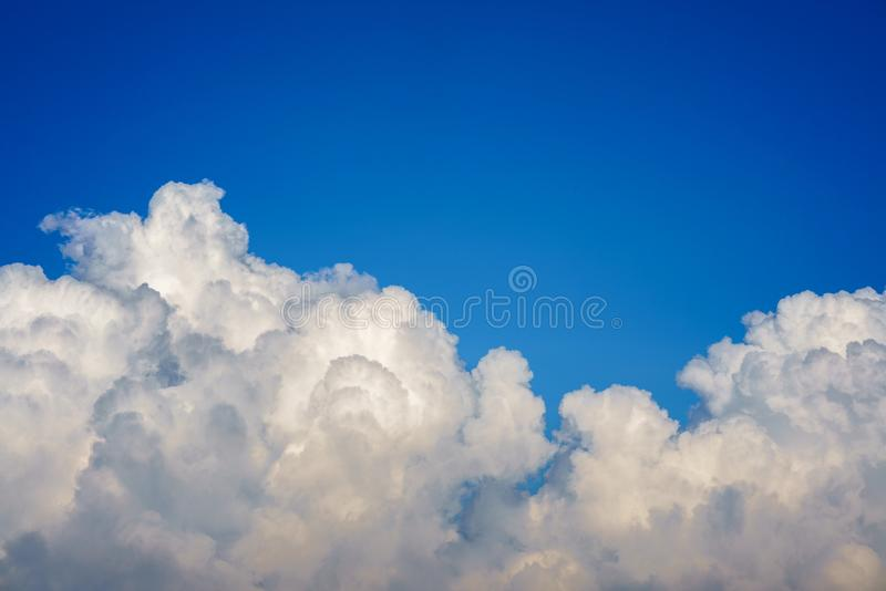 Niebieskie niebo z chmury zbliżeniem zdjęcia royalty free