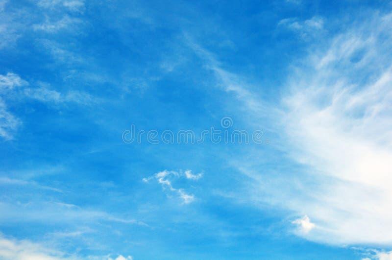 Niebieskie niebo z chmury zbliżeniem zdjęcie stock