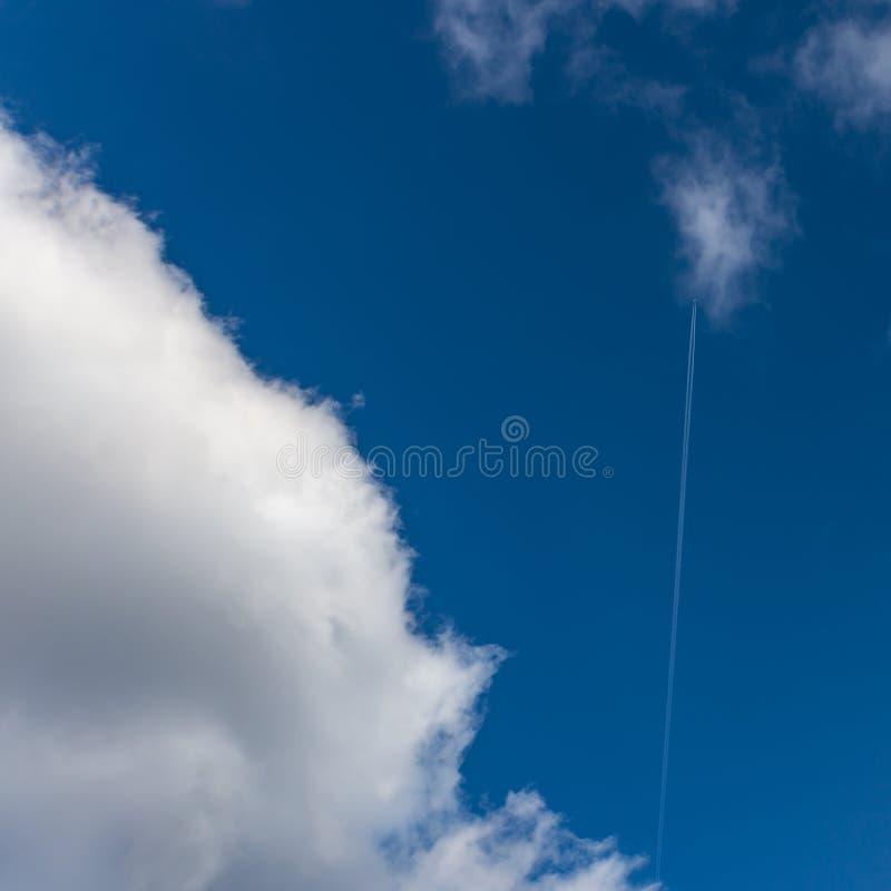 Niebieskie niebo z cienkim bielu śladem od latanie samolotu i pięknego puszystego bielu chmurnieje Nastrój szczęście, miłość i za fotografia royalty free
