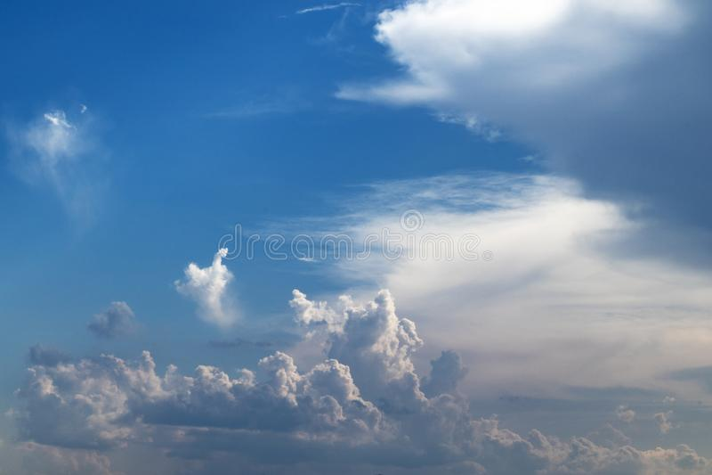 Niebieskie niebo z cumulonimbus chmurami obraz royalty free