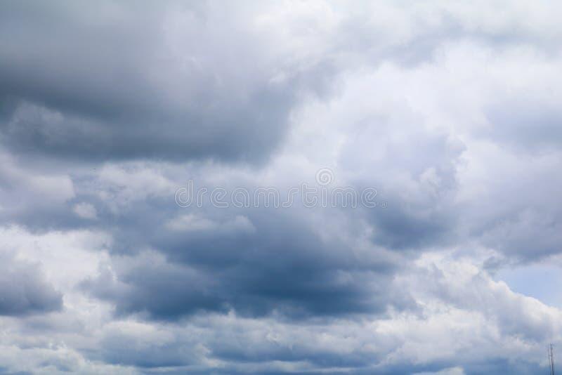 niebieskie niebo z dużą biel chmurą i raincloud w naturze, fotografia royalty free