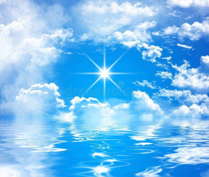 Niebieskie niebo z dużymi chmurami i błyszczącym słońcem nad wodą ilustracja wektor