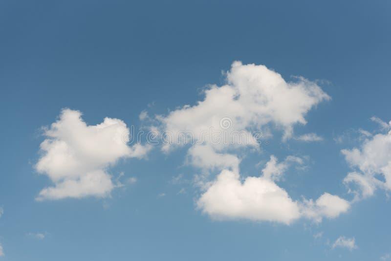 Niebieskie niebo z grupą biel chmurnieje jako tapeta lub tło obrazy royalty free