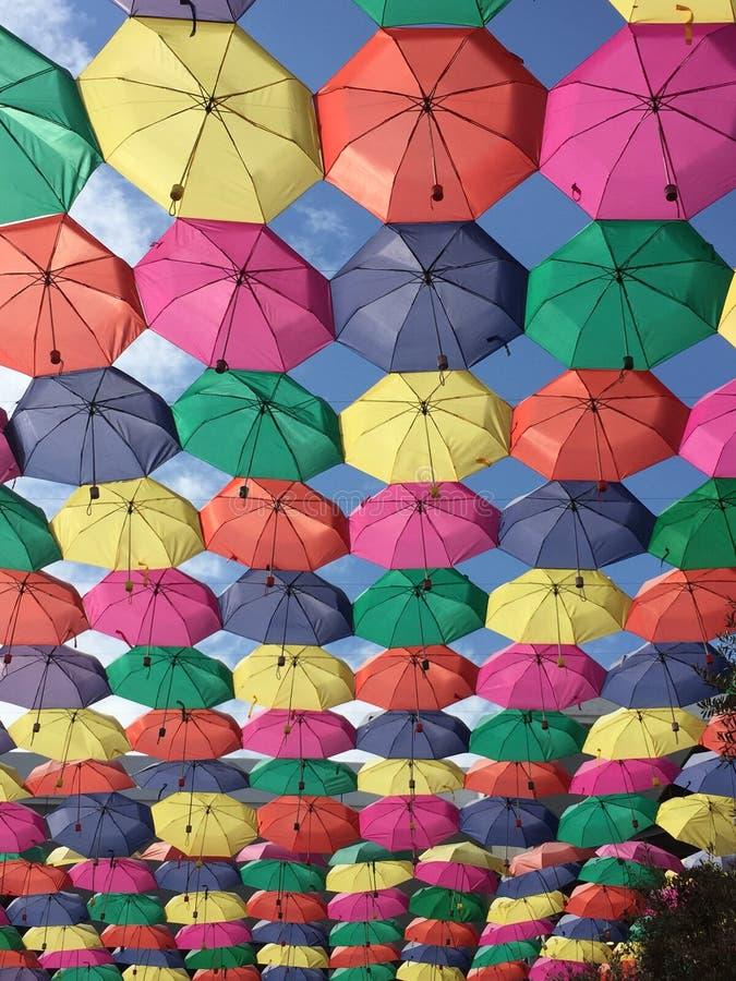 Niebieskie niebo z kolorowymi parasolami obrazy royalty free