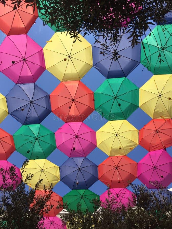 Niebieskie niebo z kolorowymi parasolami obrazy stock