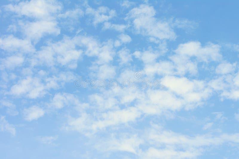 Niebieskie niebo z lekkimi białymi chmurami Piękny tło obrazy stock