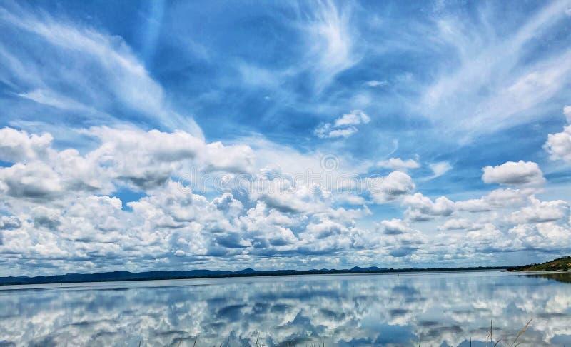 Niebieskie niebo z odbiciem lustrzanym na zbiorniku zdjęcia royalty free