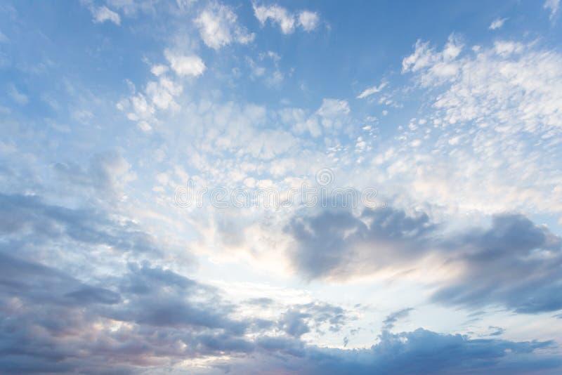 Niebieskie niebo z pastelem barwiącym Miękka tekstura puszyste chmury Pojęcie dla powiewnych światło sen, podróży i fotografia stock