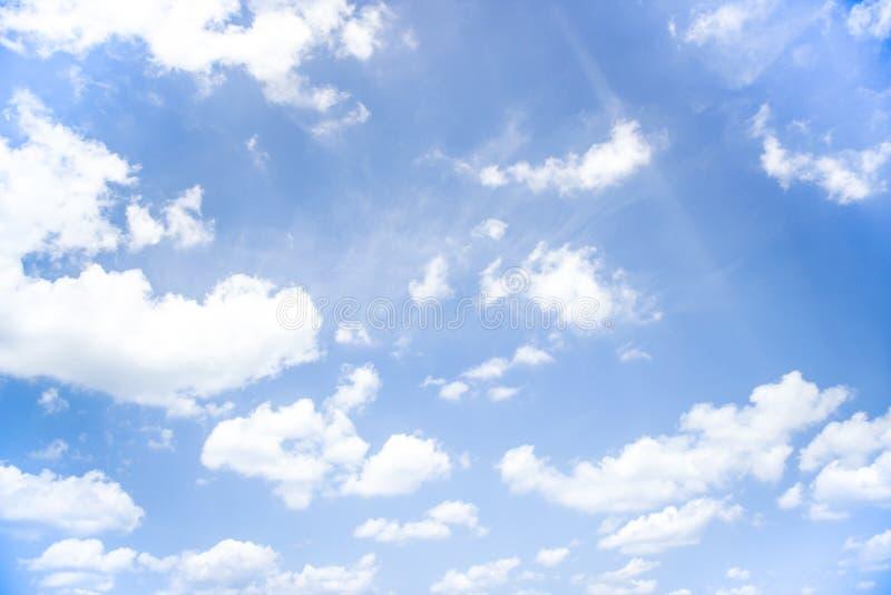 Niebieskie niebo z pełnym białe chmury obrazy royalty free